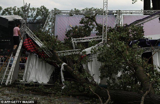 3 deaths and 71 people injured after stage collapsed at Pukkelpop festival in Belgium photo