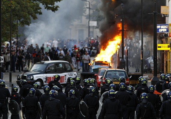 About 16000 police officers will be placed on Londons streets in order to prevent a fourth night of disturbances photo