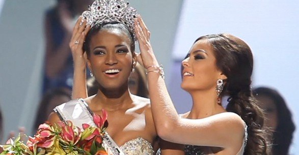 Ximena Navarette (Mexico), Miss Universe 2010, crowns Leila Lopes (Miss Angola) as Miss Universe 2011