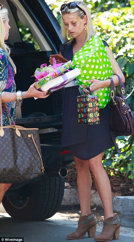 Reese Witherspoon also appeared to have a bruise on one of her knees