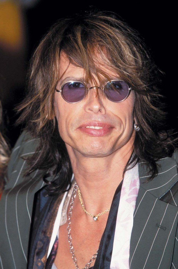 Steven Tyler lost two teeth after a serious fall in his hotel shower in Paraguay 678x1024 photo