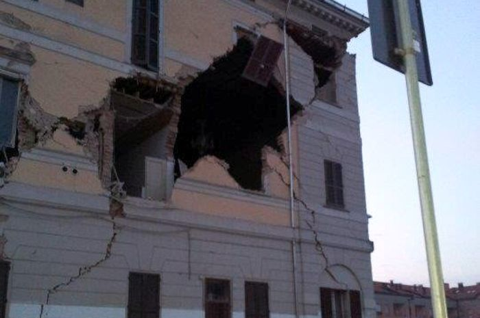 A 5.9-magnitude earthquake in northern Italy has killed at least three people and caused thousands of others to flee into the streets