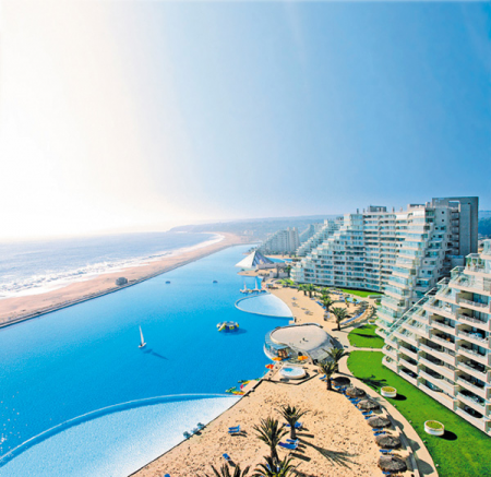 The US$ 3 million pool, which covers an eight hectare area equivalent to 6,000 backyard pools, was built using Chilean firm Crystal Lagoons' technology as part of the San Alfonso del Mar condominium project
