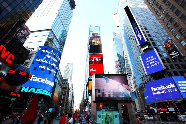 Facebook investors have been offered $40 million by the NASDAQ stock exchange for a computer hitch that stopped them trading on debut day