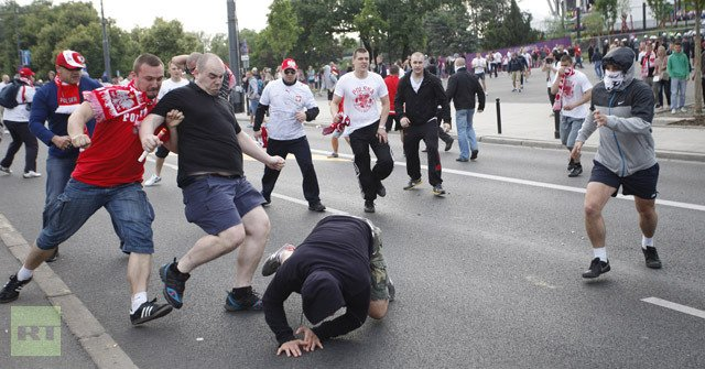 New clashes have broken out in Polish capital Warsaw between rival Russian and Polish football fans ahead of a Euro 2012 tie between the two teams