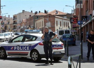 Police have detained a gunman who held four people hostage at CIC bank in the southern city of Toulouse