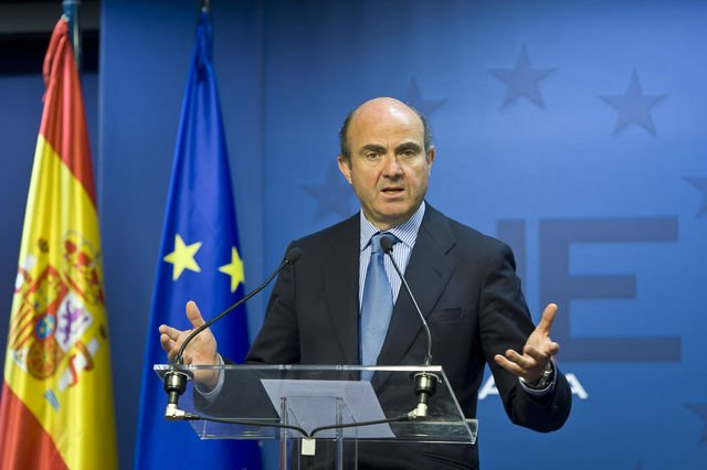 Spain's economy minister Luis de Guindos has dampened speculation that the country is about to seek a bailout of its bank sector