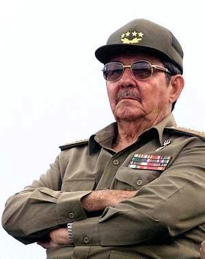 Cuba's President Raul Castro has made a seemingly impromptu address at a Revolution Day ceremony and said he is willing to hold talks with the US