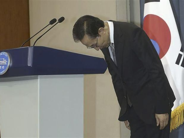 South Korean President Lee Myung-bak has apologized to the nation over corruption investigations involving his brother and former aides