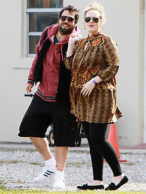 Adele Adkins has taken to her Twitter account to deny that she has married her fiancé Simon Konecki photo