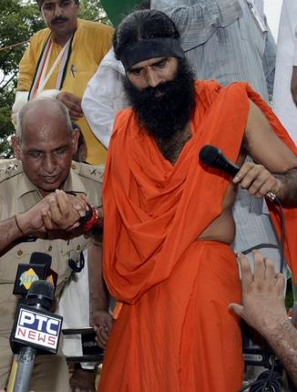 Indian police have stopped prominent anti-corruption campaigner Baba Ramdev from marching to parliament to stage a protest in Delhi