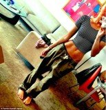 Miley Cyrus has tweeted a picture of herself and her ultra miniature waist
