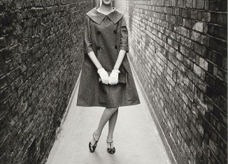 The shots were taken in a London alleyway by photographer Norman Parkinson and show Nena von Schlebrugge wearing items from Yves Saint Laurent's first collection for Christian Dior