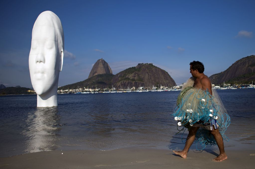 Entitled To see my dreams, Jaume Plensa sculpture portrays a girl with her eyes are closed