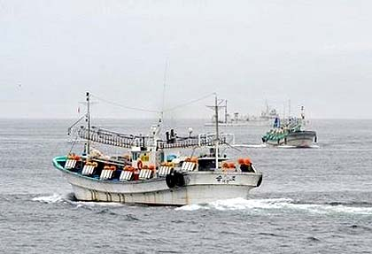 The South Korean navy has fired warning shots at North Korean fishing boats that crossed disputed borders in the Yellow Sea
