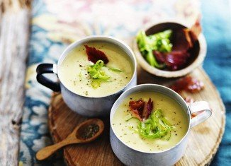 Creamy leek and potato soup with crispy pancetta