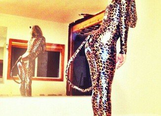 Fergie has given her followers on Twitter a sneak preview of what she will bear wearing for Halloween