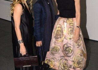 Mary-Kate and Ashley Olsen posed with Vogue editor in chief Anna Wintour