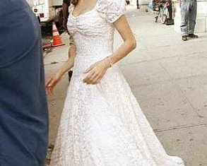 Angelina Jolie has reportedly chosen L'Wren Scott to create the dress for her wedding to Brad Pitt