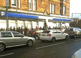 Dozens of people have been queuing to withdraw money after a Bank of Scotland machine in Glasgow, UK, began dispensing extra cash