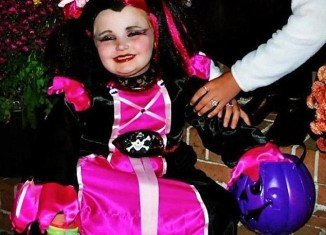 Honey Boo Boo dressed as pink pirate for Halloween
