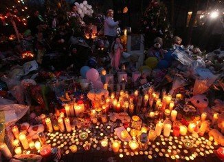 People across the US have observed a moment of silence one week after gunman Adam Lanza killed 20 children and six adults at Sandy Hook Elementary School in Connecticut.