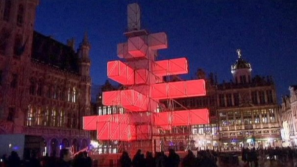Thousands of people have signed a petition against Brussels' abstract light installation replacing the traditional Christmas tree in the city centre