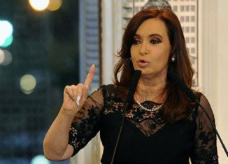 Argentina's President Cristina Fernandez de Kirchner has called on the UK government to hand over the Falkland Islands, in an open letter printed in British newspapers