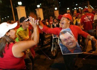 Crowds of supporters of Venezuela's President Hugo Chavez have been rallying outside the presidential palace in Caracas