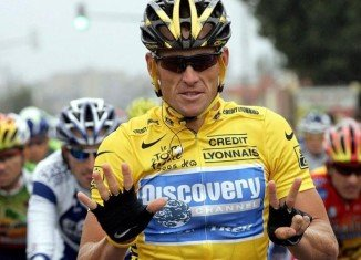 Lance Armstrong has apologized to the staff at his Livestrong Foundation, amid reports that he may admit doping in a TV interview