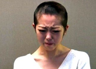 Minami Minegishi has shaved her head and offered a filmed apology after breaking her management firm's rules by spending a night with her boyfriend