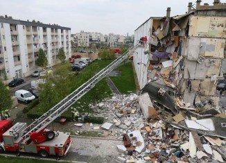 At least three people have been killed by an explosion that partly destroyed a block of flats in the northern French city of Reims