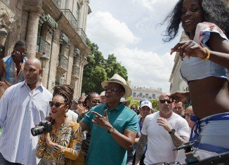 Beyonce and Jay-Z were celebrating their 5th wedding anniversary in Havana when they were surrounded by dozens of well-wishers