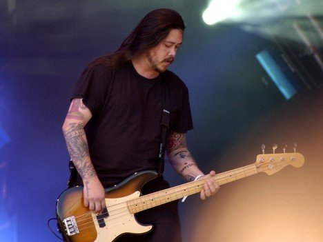 Deftones bassist Chi Cheng, who has been in a semi-conscious state since a 2008 car accident, died early Saturday morning at the age of 42