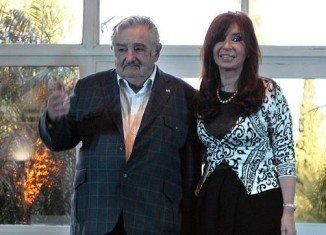 Uruguay's President Jose Mujica has apologized for apparently referring to Argentine President Cristina Fernandez de Kirchner as an old hag