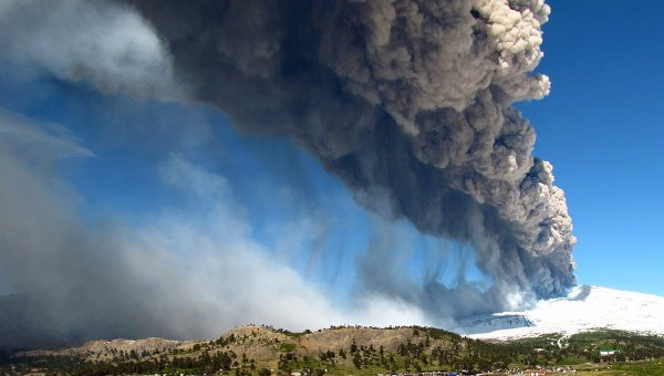 Argentina and Chile have ordered the evacuation of some 3,000 people living near the Copahue volcano