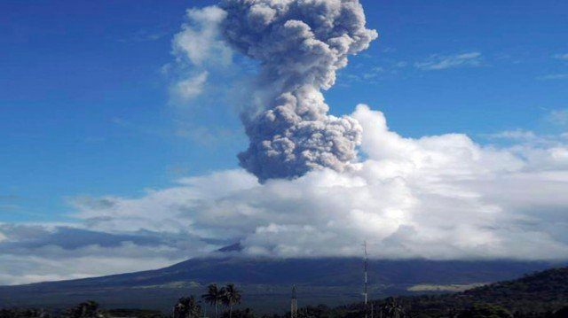 Mount Mayon at 206 miles south east of the capital Manila sent a cloud of ash and rocks into the sky early on Tuesday 640x359 photo