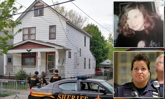 Officer Barbara Johnson has described the moment she rescued Michelle Knight in the Cleveland house of horrors photo