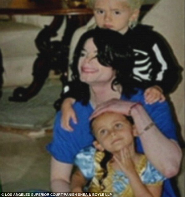 Michael Jackson and his children in touching never before seen photos and home videos 600x640 photo