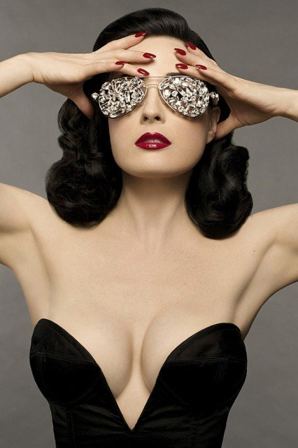 Perfect burlesque look Dita Von Teese 426x640 photo
