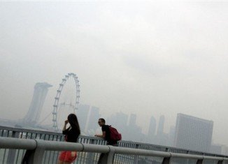 Smog in Singapore soared to hazardous levels again on Thursday, prompting government health warnings