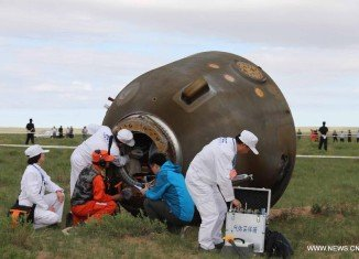 Three Chinese astronauts on Shenzhou-10 spacecraft have returned to Earth in a capsule that has landed safely after a 15-day mission in space