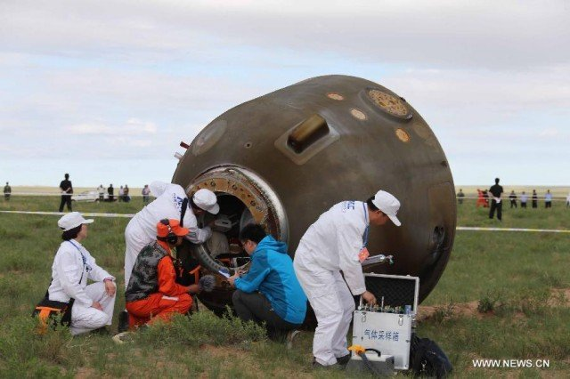 Three Chinese astronauts on Shenzhou 10 spacecraft have returned to Earth in a capsule that has landed safely after a 15 day mission in space 640x426 photo