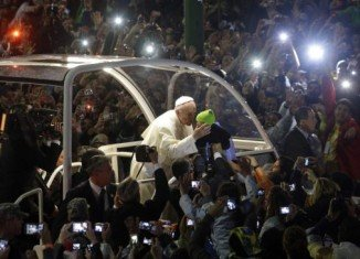 Pope Francis has met thousands of pilgrims at Copacabana beach to hold the greeting ceremony for World Youth Day