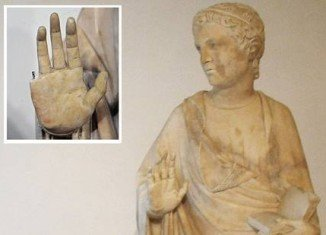 American tourist accidentally snaps finger off priceless 600-year-old statue in Florence