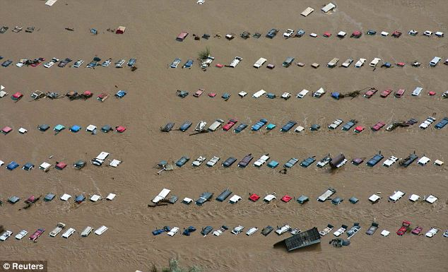 More than 500 people are missing and at least 4 people have died with another victim believed to be dead after flash floods hit Colorado photo
