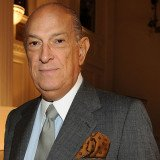 Oscar de la Renta has slammed celebrities for turning New York Fashion Week into a highly chaotic circus