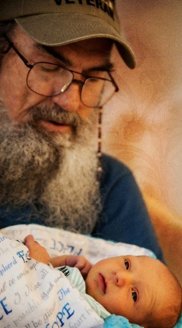 Si Robertson welcomed his new grandson Wyatt from son Scott 356x640 photo