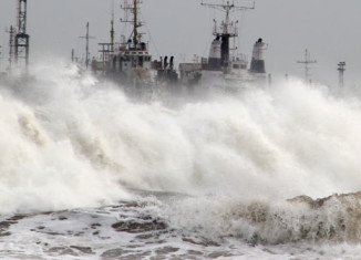 More than 400,000 people in India have been evacuated as Cyclone Phailin sweeps through the Bay of Bengal towards the east coast