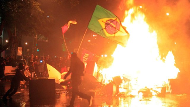 Protesters demonstrating in support of teachers receiving better pay in the Brazilian cities of Rio de Janeiro and Sao Paulo have clashed with police